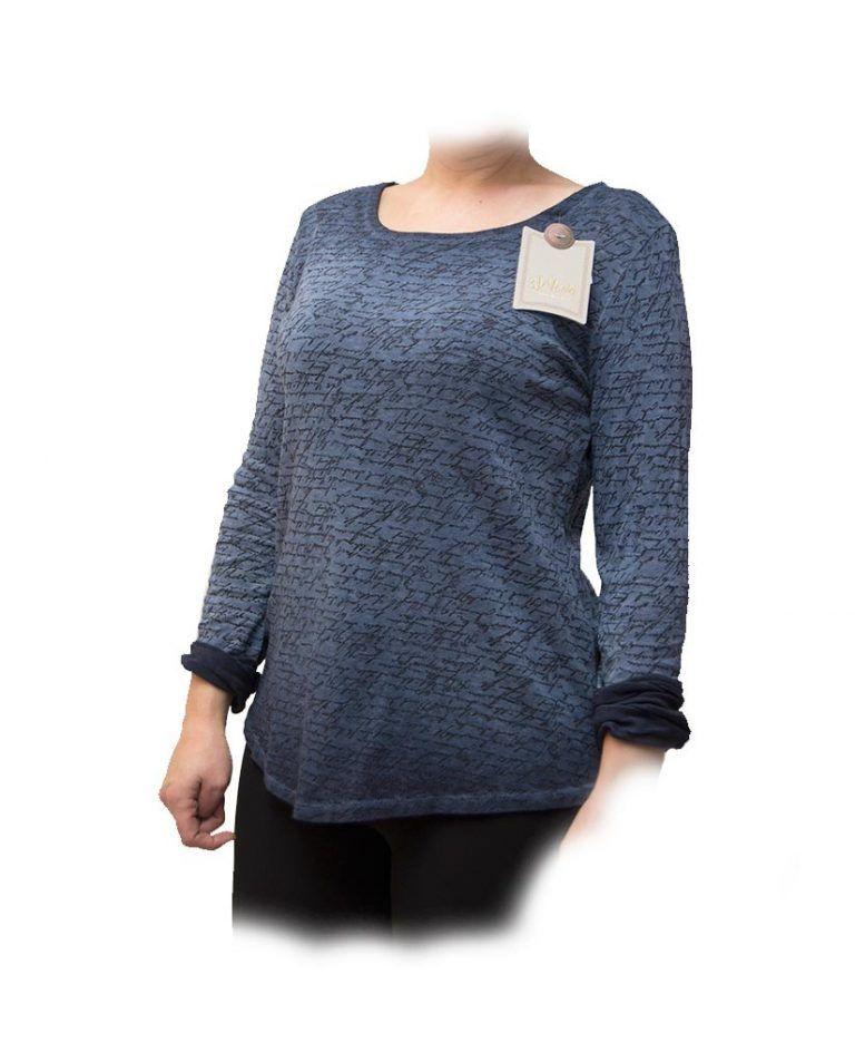 blusa con escritura azul frente