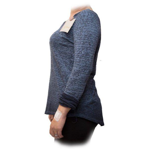 blusa con escritura azul perfil
