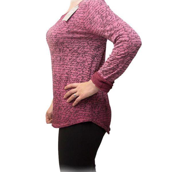blusa con escritura rosa perfil