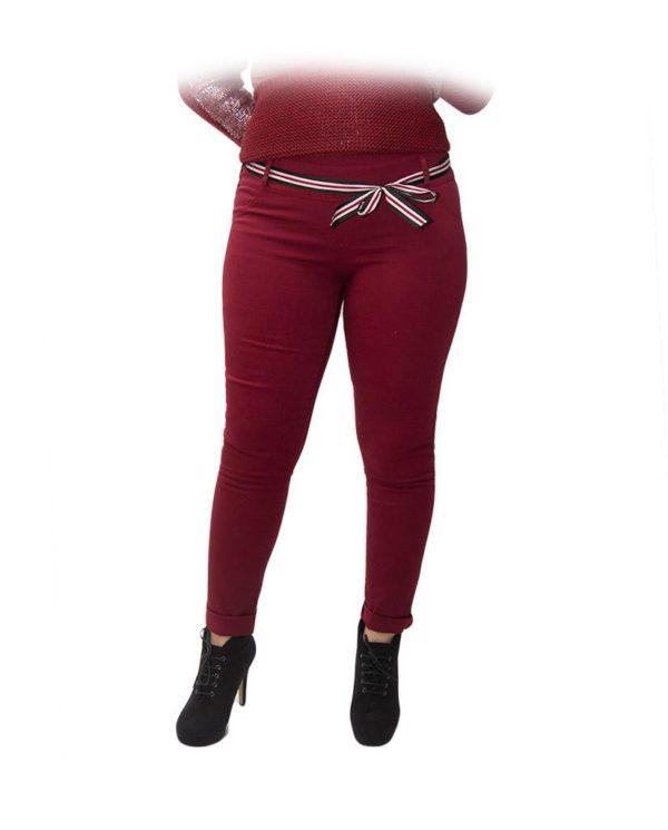 pantalón rojo cinta roja blanca frente a